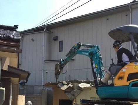 RC造りのガレージを小型重機で解体します。