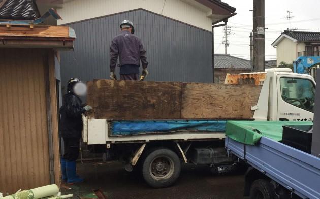 廃材をトラックに積みます。