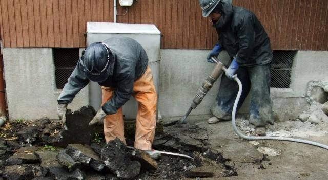 ドリルを使ったコンクリート床解体
